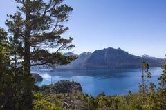Beau panorama avec la vue au-dessus du lac Augmentant l'aventure dedans Photo libre de droits