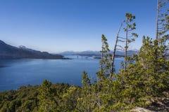 Beau panorama avec la vue au-dessus du lac Augmentant l'aventure dedans Photographie stock