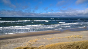 Beau panorama côtier - beaucoup de vagues, sable et dunes images stock