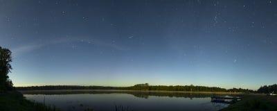 Beau panorama de lac de nuit avec l'étoile filante Photographie stock