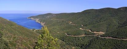 Beau panorama de route de montagne d'enroulement à la baie Image stock