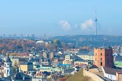 Beau panorama de Vilnius, Lithuanie, avec le château de Gediminas, la tour de TV et la tour de cloche de la cathédrale image stock