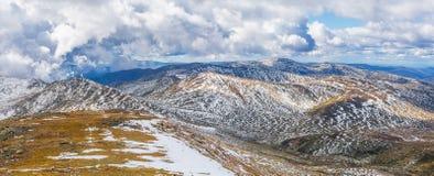 Beau panorama des Alpes australiens sous les nuages pelucheux Image stock