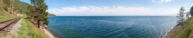 Beau panorama du lac Baïkal un temps clair photos libres de droits