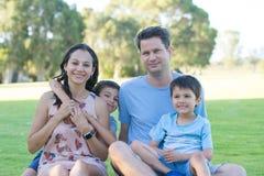 Beau parc décontracté de famille dehors Photographie stock
