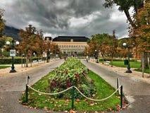 Beau parc du centre de congrès et du Theaterhouse dans mauvais Ischl, Autriche Photos stock
