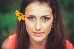 Beau parc heureux de fleur de jeune femme au printemps images libres de droits