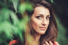 Beau parc heureux de fleur de jeune femme au printemps photo libre de droits
