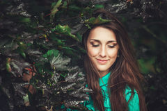 Beau parc heureux de fleur de jeune femme au printemps photographie stock
