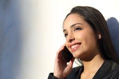 Beau parler de femme heureux au téléphone portable dans un jour ensoleillé Images stock