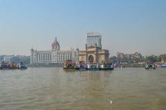 Beau passage de l'Inde près de l'hôtel de Taj Palace sur le port de Mumbai avec beaucoup de jetées sur la Mer d'Oman image libre de droits