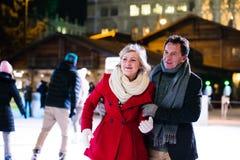Beau patinage de glace supérieur de couples au centre de la ville L'hiver Images libres de droits