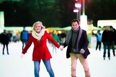 Beau patinage de glace supérieur de couples au centre de la ville L'hiver Photo stock