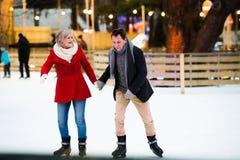 Beau patinage de glace supérieur de couples au centre de la ville L'hiver Photographie stock libre de droits