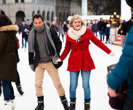 Beau patinage de glace supérieur de couples au centre de la ville L'hiver Image libre de droits