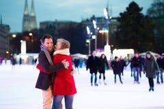 Beau patinage de glace supérieur de couples au centre de la ville L'hiver Photos stock