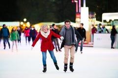 Beau patinage de glace supérieur de couples au centre de la ville L'hiver Images stock