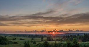 Beau paysage égalisant de coucher du soleil avec une envergure de temps, de forêt et de rivière dans la distance clips vidéos