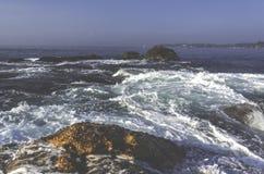 Beau paysage étonnant de rivage rocheux à la plage image stock