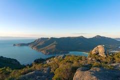 Beau paysage aérien d'océan et de montagnes Images stock