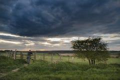 Beau paysage anglais de campagne au-dessus des champs au coucher du soleil Photographie stock libre de droits