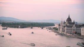 Beau paysage avec des bateaux flottant sur le Danube à Budapest, Hongrie banque de vidéos