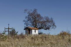 Beau paysage avec l'arbre de bouleau vénérable automnal et la vieille chapelle Images libres de droits