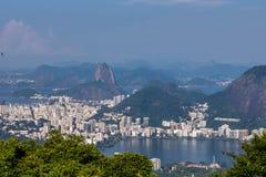 Beau paysage avec la forêt tropicale, le quartier de la ville Leblon, l'Ipanema, le Botafogo, la lagune Rodrigo de Freitas et les image stock