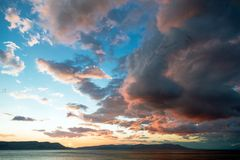 Beau paysage avec la mer et les nuages photographie stock