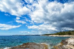 Beau paysage avec la mer et les nuages images stock