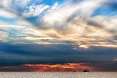 Beau paysage avec la mer et les nuages photos stock