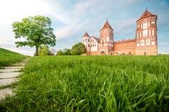 Beau paysage avec le château de MIR au Belarus image libre de droits