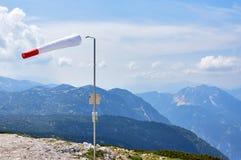 Beau paysage avec le manche à air et les montagnes sur le fond et le ciel bleu dans les Alpes autrichiens photos libres de droits