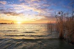 Beau paysage avec le réservoir et le ciel de coucher du soleil Photos libres de droits