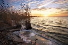 Beau paysage avec le réservoir et le ciel de coucher du soleil Image libre de droits