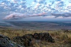 Beau paysage avec les champs et les arbres verts et beaux nuages blancs et roses Images libres de droits