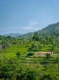 Beau paysage avec les maisons simples au milieu de la nature photographie stock libre de droits