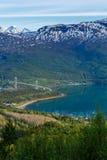 Beau paysage avec les montagnes, la mer et le pont Images stock