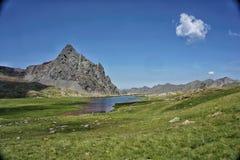 Beau paysage avec un lac en montagnes de Pirineos photographie stock libre de droits