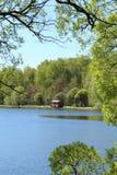 Beau paysage avec une maison en bois au lac Images stock
