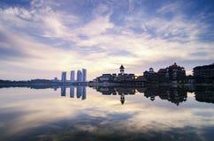 beau paysage brumeux de matin avec la réflexion sur le lac photos stock