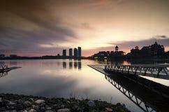 beau paysage brumeux de matin avec la réflexion sur le lac images libres de droits