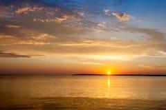 Beau paysage coloré de lever de soleil de mer d'été avec stupéfier les nuages colorés dans un ciel bleu Photo stock