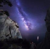 Beau paysage coloré de nuit avec la manière laiteuse, les roches, la mer et le ciel étoilé Horizontal de montagne Univers étonnan Image stock
