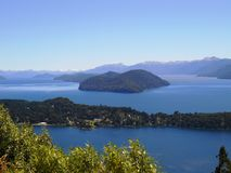Beau paysage complètement de nature, de montagnes, de lacs et d'arbres dans Neuquen, Argentine Photo stock