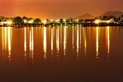 Beau paysage Coucher du soleil tropical de mer avec des lumières sur l'eau T Image stock