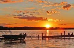 Beau paysage d'été avec le coucher du soleil au-dessus du lac Photo stock