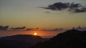 Beau paysage d'été dans les montagnes, coucher du soleil Village Terrati Image stock