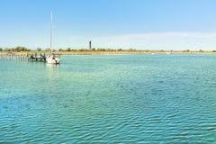 Beau paysage d'été en Mer Noire près de l'île de Dzharylhach, de marina, de yacht et de deux phares à l'arrière-plan Images stock