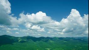 Beau paysage d'été en montagnes banque de vidéos